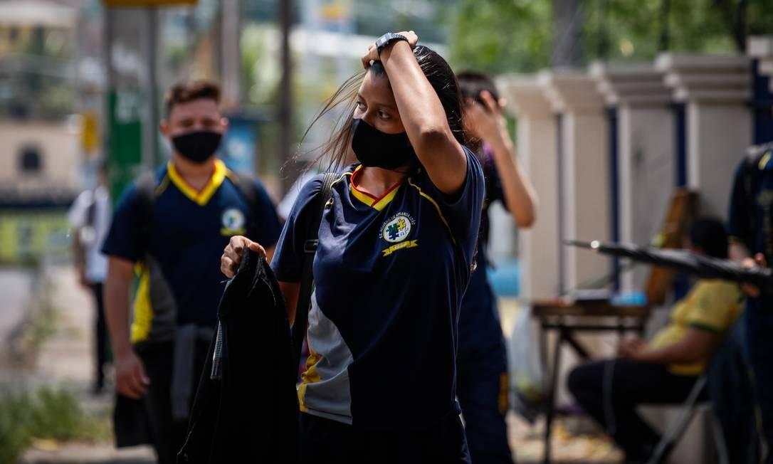 Jovens voltam para aulas presenciais em Manaus (AM). Foto: Raphael Alves / Agência O Globo
