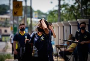 Rapazes voltam para aulas presenciais em Manaus (AM).  Foto: Raphael Alves / Agência O Globo
