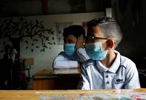 Crianças de uma escola em Bagdá, Iraque, que também reabriu suas escolas.  Foto: Reuters / Saba Karim / Reuters