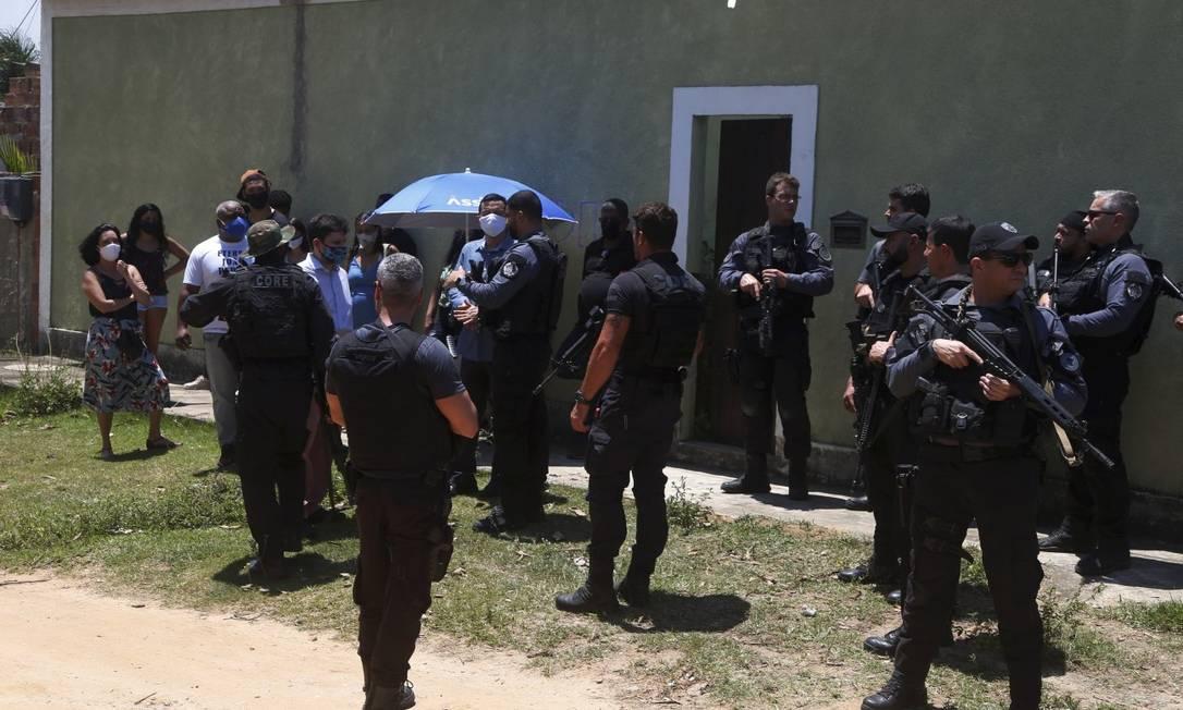 Policiais durante a reprodução simulada Foto: Fabiano Rocha em 29-10-2020 / Agência O Globo
