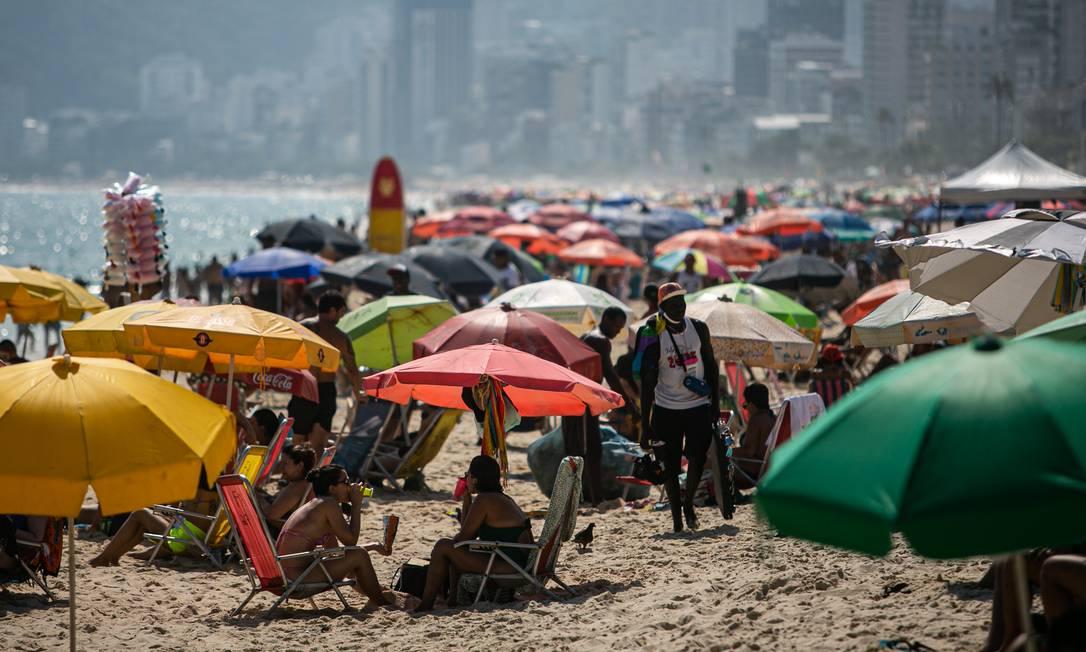 Praia de Ipanema, no Rio, lotada, apesar do aumento de casos e mortes de Covid-19 na cidade. Foto: Hermes de Paula / Agência O Globo