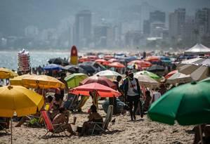 A Praia de Ipanema, no Rio, estava lotada, apesar do aumento de casos e mortes de COVID-19 na cidade.  Foto: Hermes de Paula / Agência O Globo