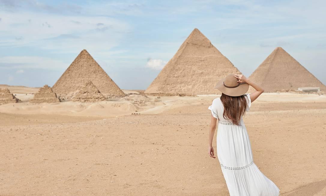 Visitante nas Pirâmides de Gizé, nos arredores do Cairo, no Egito Foto: YEHIA EL ALAILY / Divulgação