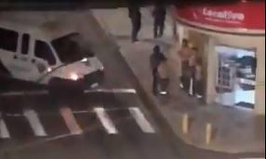 Criminosos fizeram reféns durante assalto a banco Foto: Reprodução/TV GLOBO