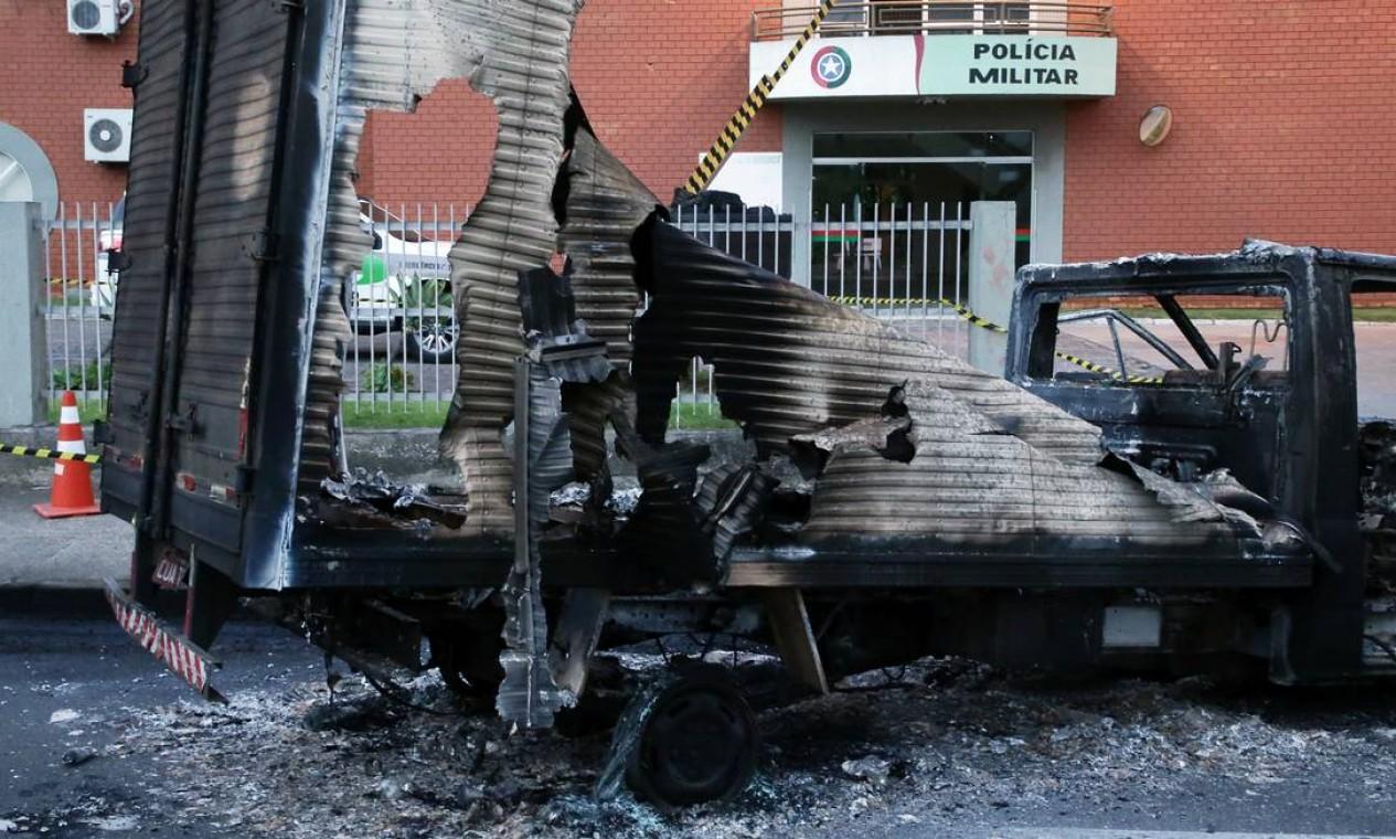Caminhão foi incendiado pela quadrilha que roubou agência do Banco do Brasil em Criciúma Foto: STRINGER / REUTERS