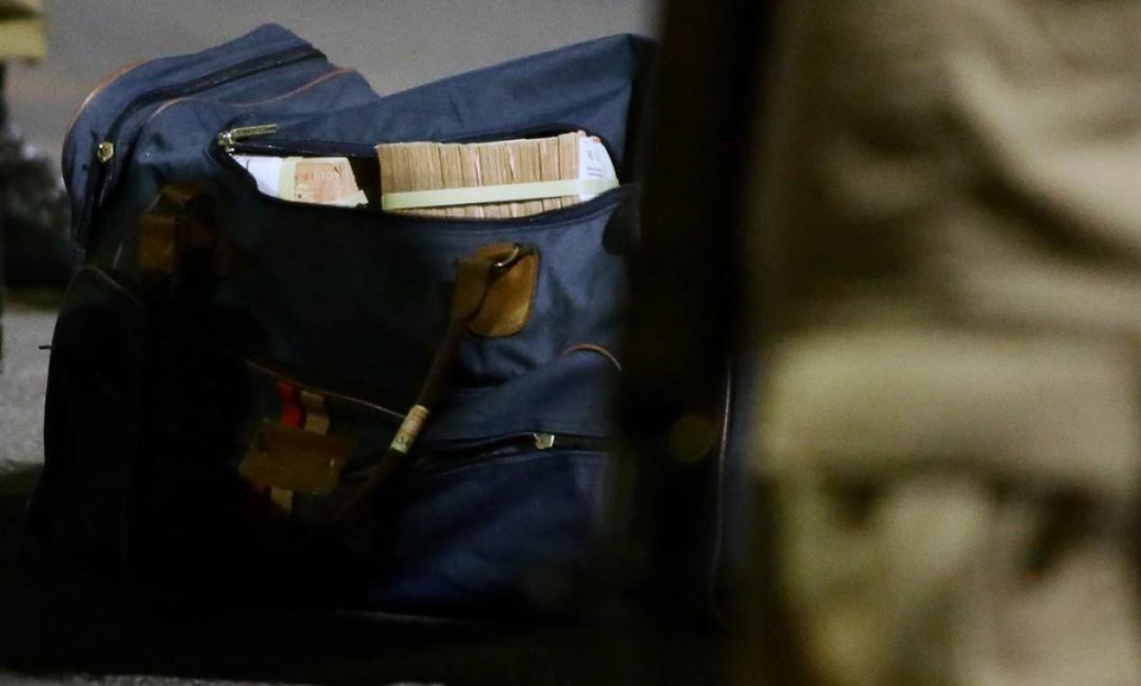 Sacola recuperada com dinheiro, depois que uma quadrilha assaltou um Banco do Brasil em Criciúma Foto: STRINGER / REUTERS