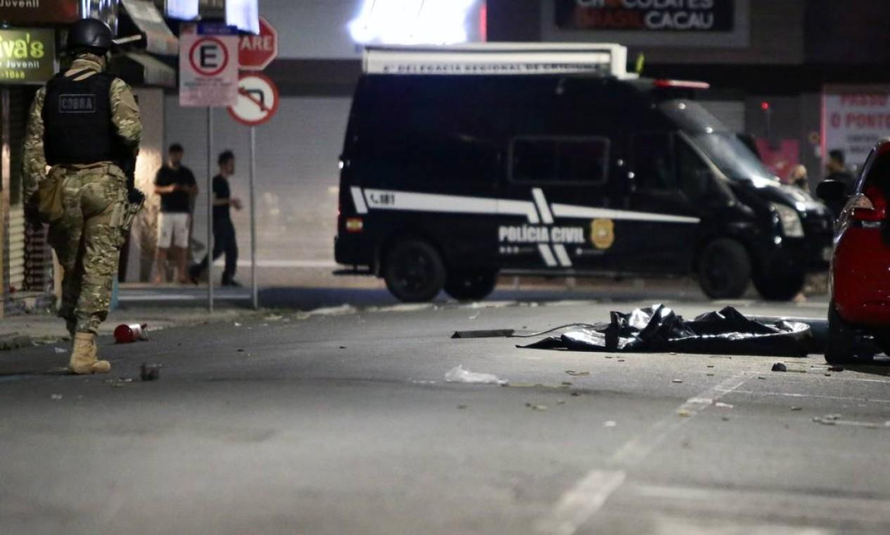 Policiais isolam área onde foram encontrados explosivos, após uma quadrilha assaltar um Banco do Brasil em Criciúma Foto: STRINGER / REUTERS