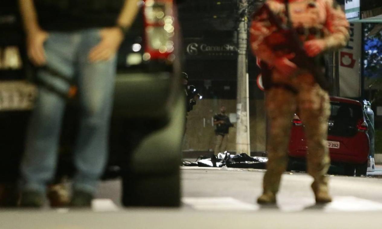 Policiais cercam área onde foram encontrados explosivos, após uma quadrilha assaltar agência do Banco do Brasil em Criciúma, Santa Catarina Foto: STRINGER / REUTERS