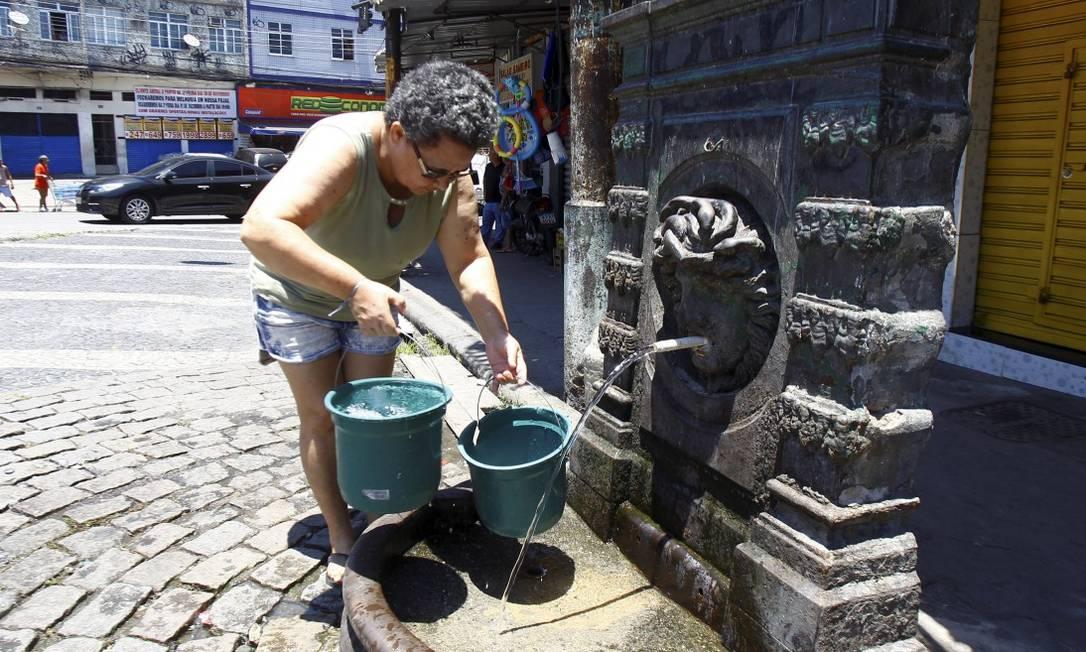 Moradora de Benfica, Eva Maria de Carvalho buscou água em fonte no Largo do Pedregulho (27-11-2020) Foto: Guilherme Pinto / Agência O Globo