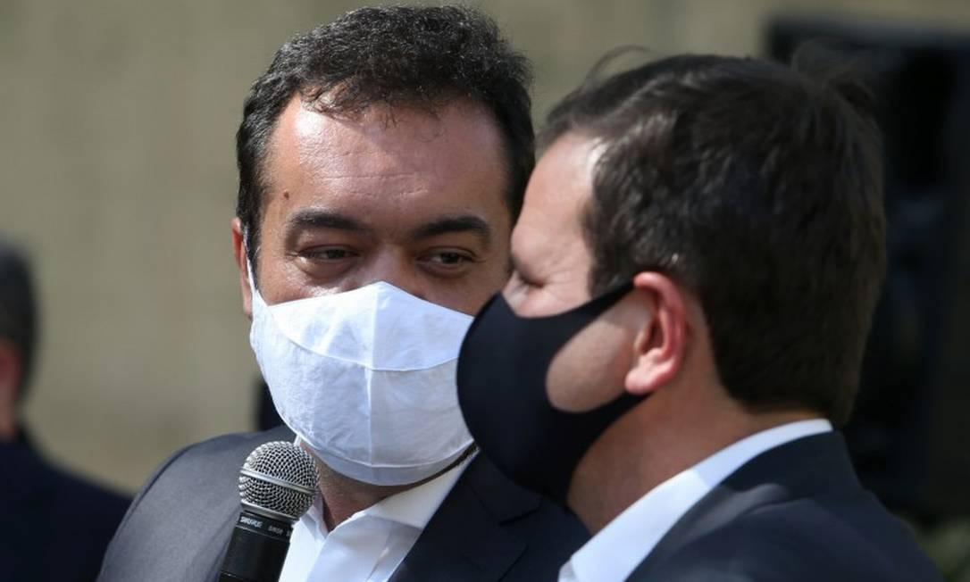 Castro durante coletiva de imprensa ao lado do prefeito eleito, Eduardo Paes, nesta terça-feira Foto: Pedro Teixeira / Agência O Globo