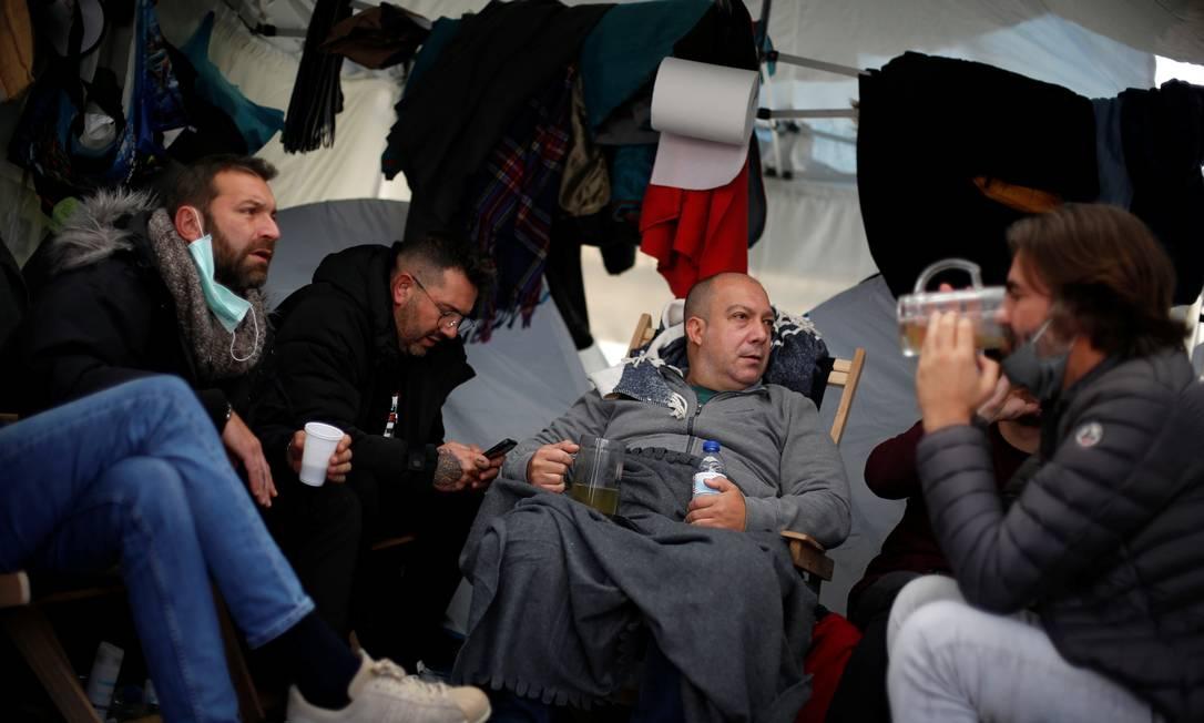 Donos de bares e restaurantes acampam em frente ao Parlamento português em protesto às restrições do coronavírus Foto: PEDRO NUNES / REUTERS/01-10-2020