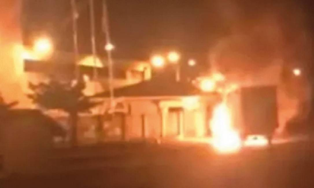 Criminosos em dez veículos atearam fogo a um caminhão em frente ao 9º Batalhão da Polícia Militar Foto: REPRODUÇÃO