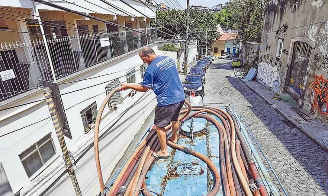 Bairros sofrem com abastecimento de água por causa de problema em elevatória da Cedae; muitos precisam recorrer a carros-pipa Foto: Gabriel de Paiva / Agência O Globo