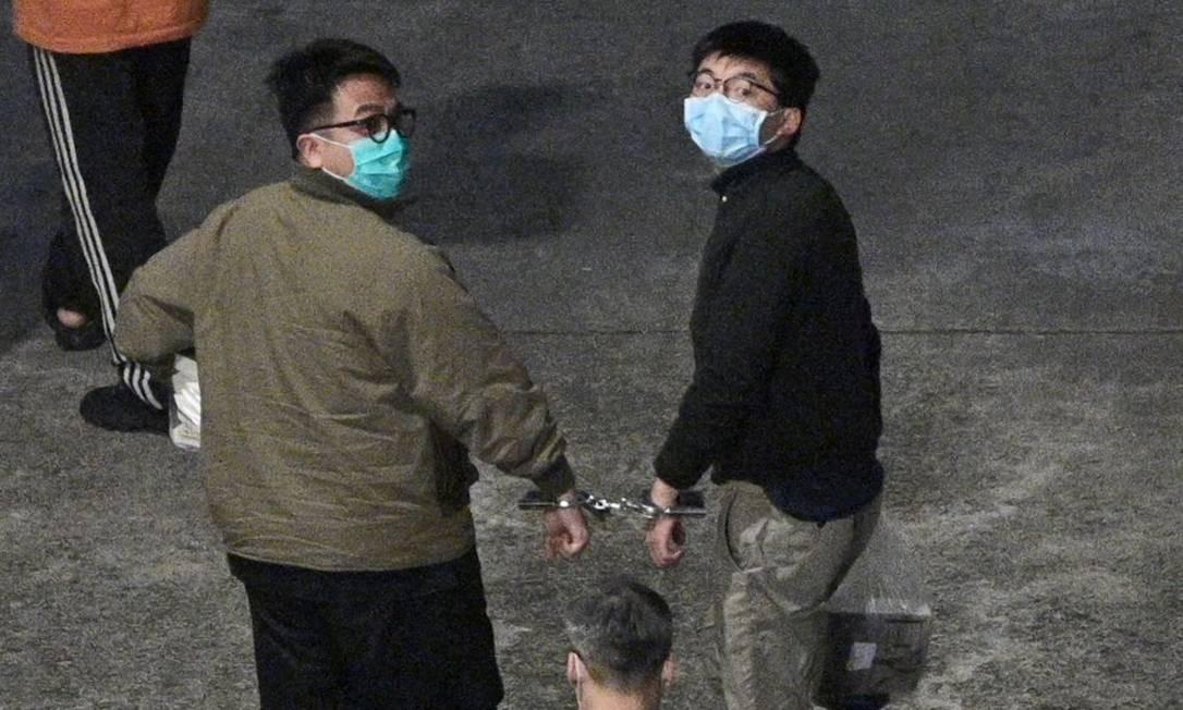 Joshua Wong (direita) e Ivan Lam após saírem do tribunal em Hong Kong Foto: ANTHONY WALLACE / AFP