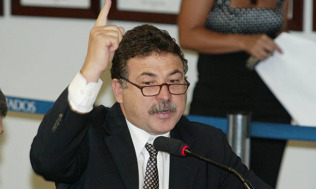 - Ailton de Freitas - PA - O dep. Renato Cozzolino na comissão de defesa do consumidor. Foto: Ailton de Freitas / Agência O Globo - 08/12/2004