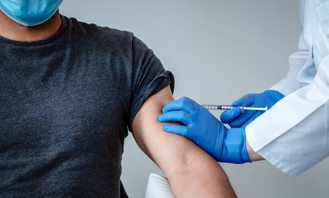 Uma pessoa recebe uma dose da vacina contra Covid-19 da BioNTech e Pfizer nesta foto de divulgação, sem data Foto: BioNTech SE 2020 / via REUTERS