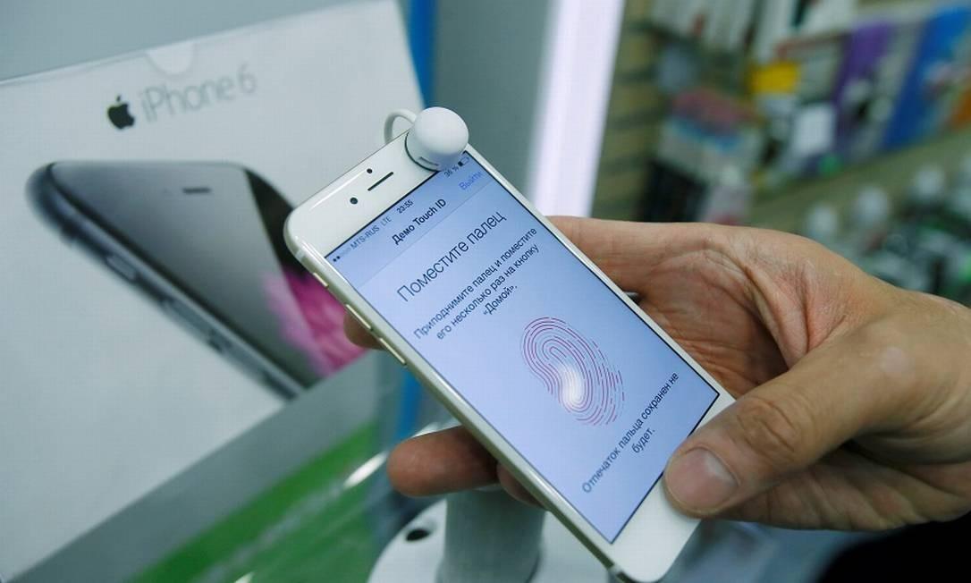Um iPhone em loja de Moscou: aparelho vendido sem carregador Foto: Maxim Shemetov / REUTERS
