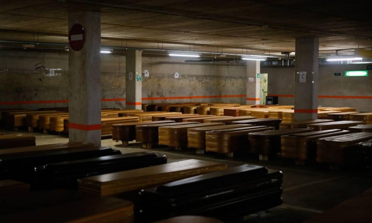 Caixões com corpos das vítimas da COVID-19 lotaram estacionamento da funerária Collserola em Montcada i Reixac, perto de Barcelona Foto: PAU BARRENA / AFP - 03/04/2020