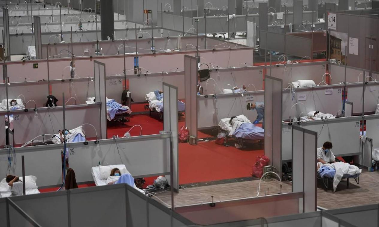 Hospital de campanha para pacientes COVID-19 localizado no centro de convenções e exposições Ifema em Madri. Mais de 900 pessoas morreram na Espanha nas últimas 24 horas pelo segundo dia consecutivo, dados do governo mostraram na sexta-feira, embora a taxa de novas infecções e mortes continuasse a diminuir Foto: PIERRE-PHILIPPE MARCOU / AFP - 03/04/2020