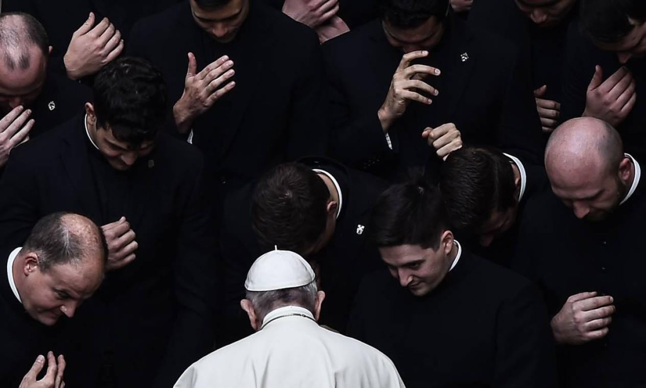 Papa Francisco é reverenciado por padres no final de uma audiência pública limitada, no pátio San Damaso, no Vaticano Foto: FILIPPO MONTEFORTE / AFP - 30/09/2020