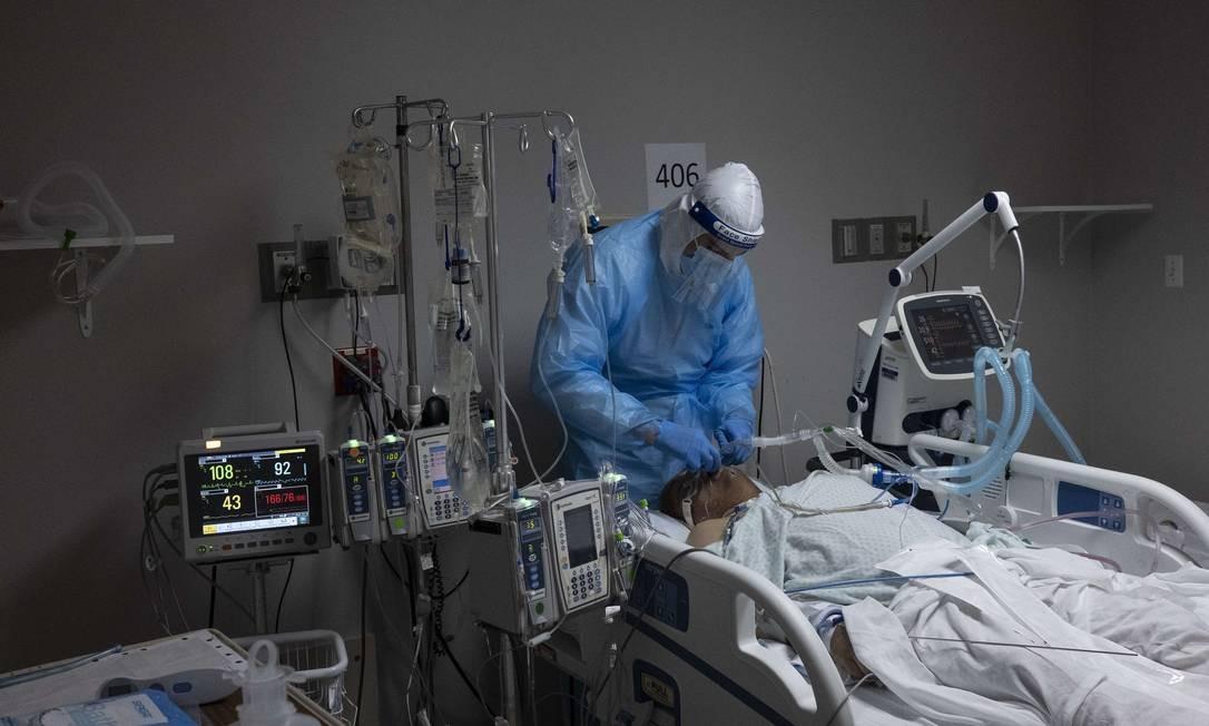 Médico cuida de paciente com coronavírus em Unidade de Tratamento Intensivo em um hospital em Houston, no Texas Foto: Go Nakamura / AFP