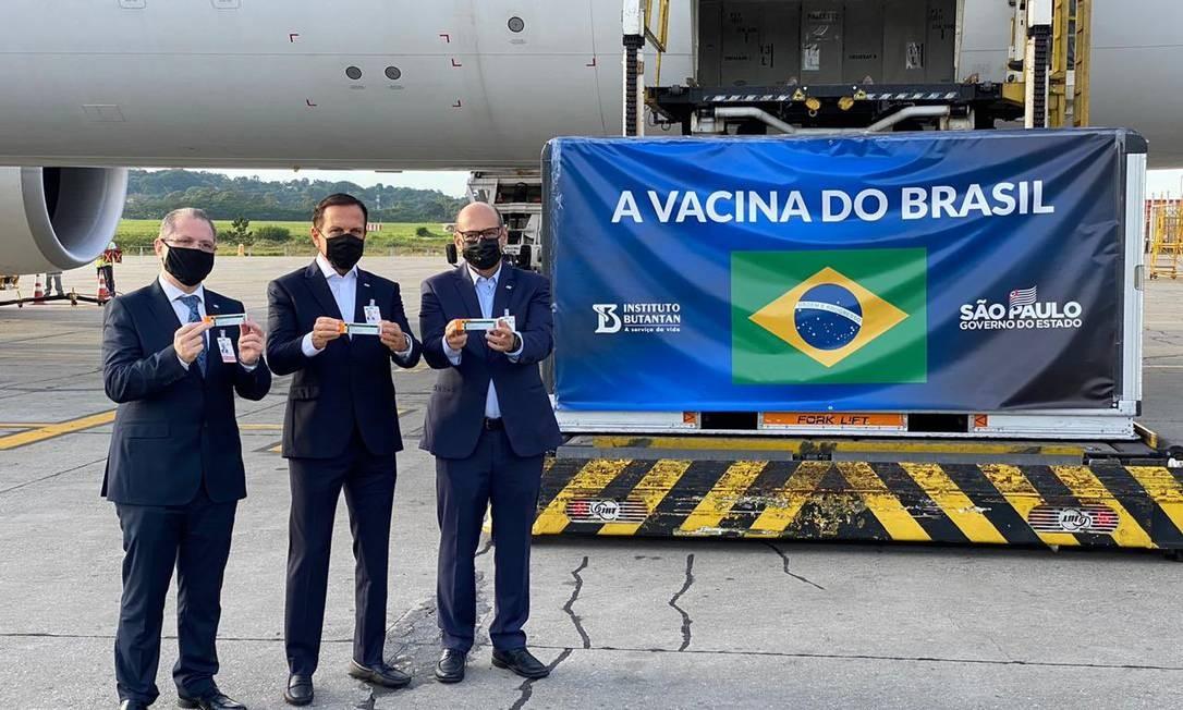 O governador de São Paulo, João Doria (PSDB), no centro, ao lado do secretário de saúde de SP Jean Gorinchteyn (à esq.) e o presidente do Instituto Butantan, Dimas Covas (à dir.), recebem insumos no Aeroporto Internacional de Guarulhos Foto: Reprodução / Twitter