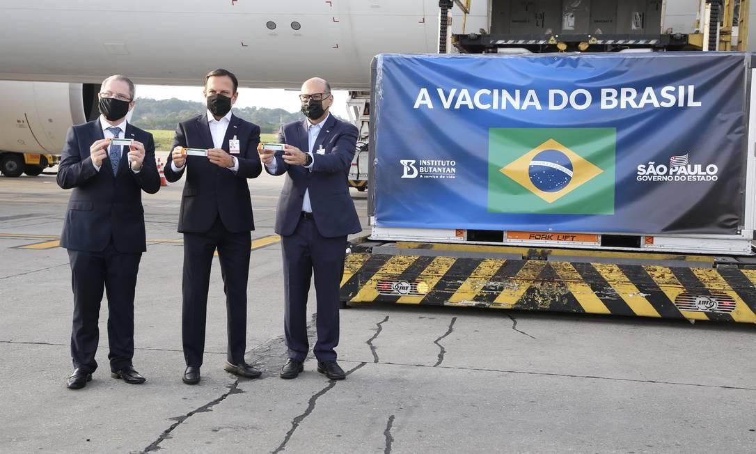 O governador de São Paulo, João Doria (PSDB), no centro, ao lado do secretário de saúde de SP Jean Gorinchteyn (à esq.) e o presidente do Instituto Butantan, Dimas Covas (à dir.), recebem insumos no Aeroporto Internacional de Guarulhos Foto: Governo do Estado de SP / Agência O Globo