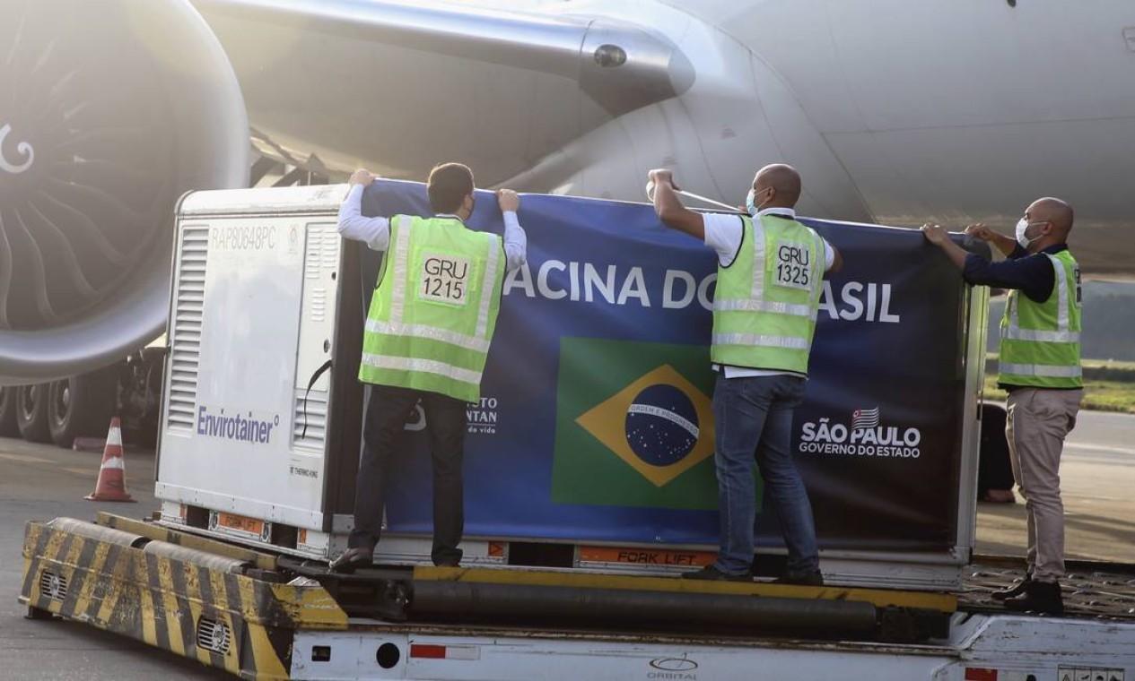 Com a chegada dos insumos, já há o necessário para a produção de 1 milhão e 120 mil doses da vacina no Brasil, segundo o governo de São Paulo Foto: Governo do Estado de SP / Agência O Globo