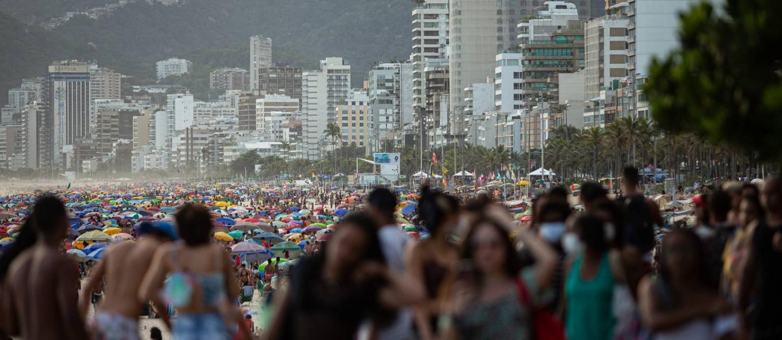 Aglomeração na praia de Ipanema, na Zona Sul, na última segunda-feira (30); estado do Rio tem mortalidade por Covid-19 mais alta do país Foto: Hermes de Paula / Agência O Globo