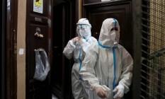 Médicos vão a casa de paciente com suspeita de Covid-19 para testá-lo, em Roma, na Itália Foto: REMO CASILLI / REUTERS
