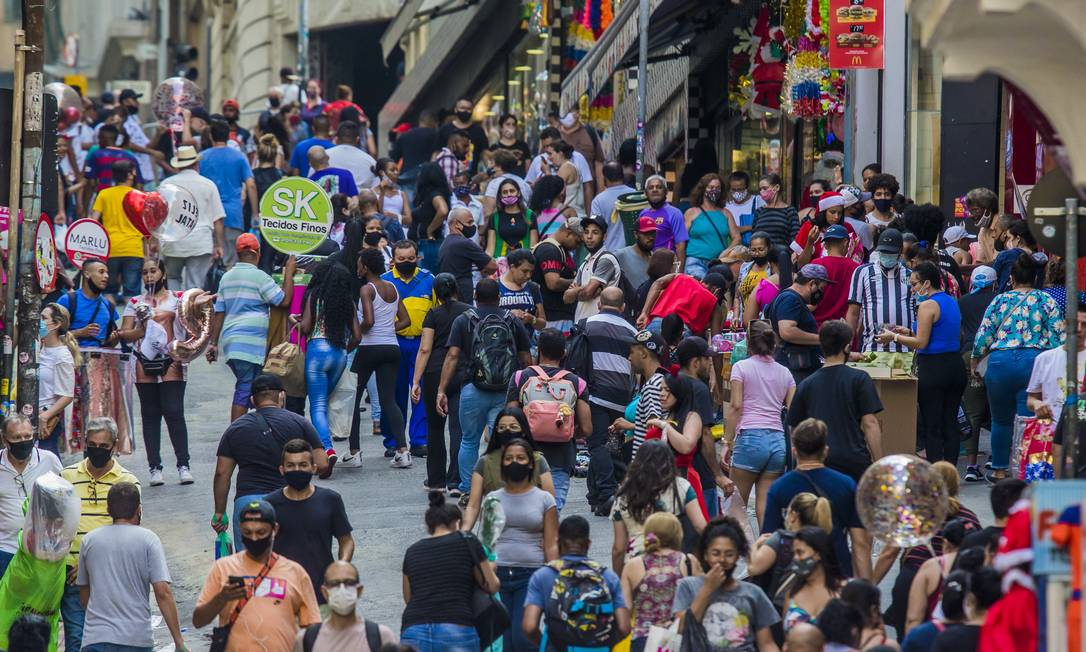 A rua 25 de Março, centro de compras mais movimentado de São Paulo Foto: Edilson Dantas / Agência O Globo