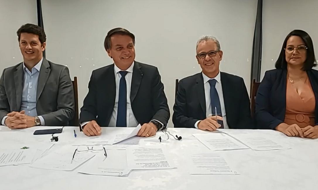 Presidente Jair Bolsonaro e os ministros Ricardo Salles e Bento Albuquerque, durante live semanal Foto: Reprodução/ Redes Sociais