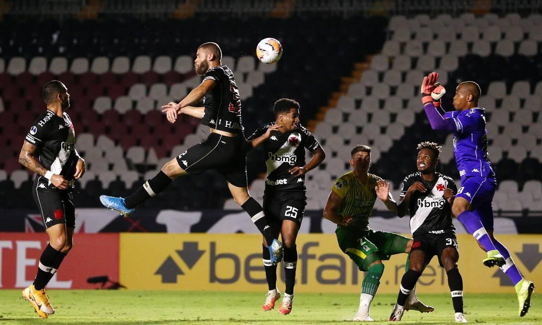 Marcelo Alves salta e o goleiro Lucão tenta ganhar a bola pelo alto Foto: BRUNA PRADO/Reuters / Pool via REUTERS