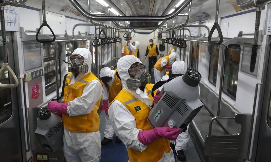 Trabalhadores desinfetam uma composição do metrô em Seul, na Coreia do Sul Foto: Chung Sung-Jun / Getty Images/11-03-2020