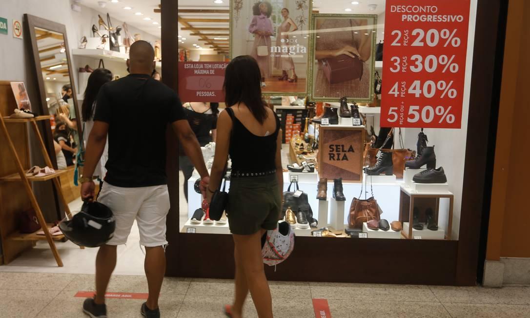 Clientes entram em loja no Plaza Shopping: comércio contratou 246 trabalhadores em outubro Foto: Roberto Moreyra / Agência O Globo