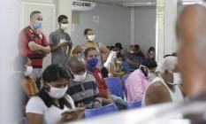 Pacientes esperam por atendimento no Rio: síndrome gripal cresceu 25% em relação a início da pandemia Foto: Domingos Peixoto / Agência O GLOBO