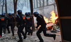 Policiais intervêm diante de uma barricada em chamas durante uma manifestação contra o projeto de lei de segurança global de Macron em Paris Foto: ANNE-CHRISTINE POUJOULAT / AFP/05-12-2020