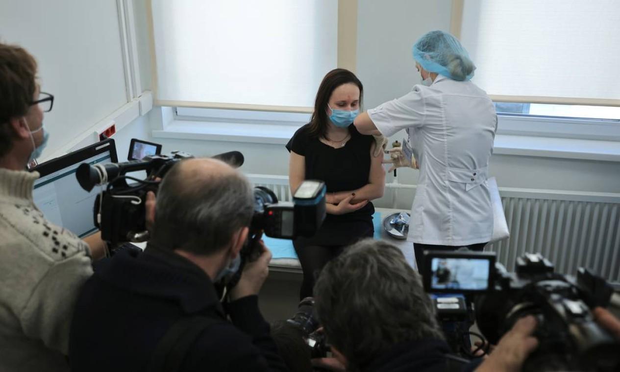 Jornalistas registram o começa da vacinação em massa promovido pelo governo Russo. Moscou começou neste sábado a distribuir a vacina Sputnik V contra a Covid-19 para os grupos de profissionais mais expostos à doença Foto: MAXIM SHEMETOV / REUTERS