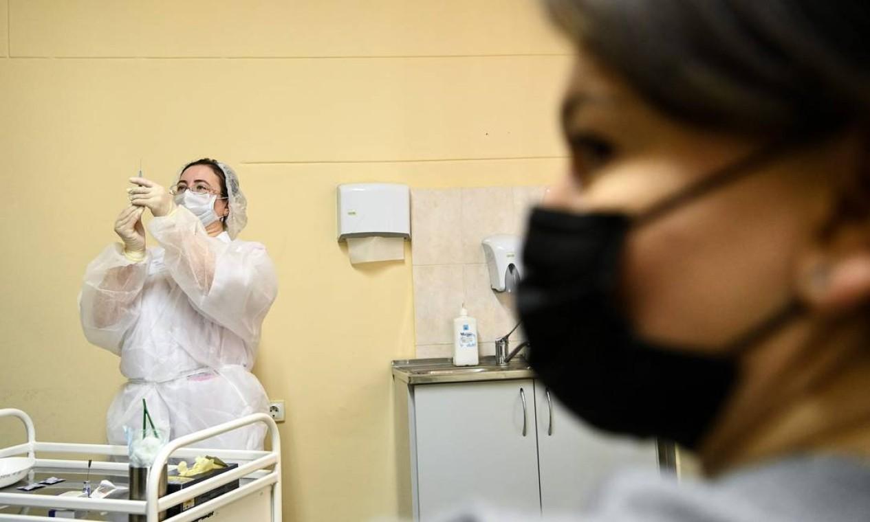 Primeiro grupo de imunizados inclui médicos e outros profissionais da área de saúde, professores e assistentes sociais Foto: KIRILL KUDRYAVTSEV / AFP