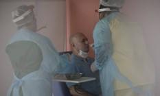 Cidadão faz o exame RT-PCR no Hospital Estadual Alberto Torres, em São Gonçalo: unidade realizou 164 testes nesta sexta-feira. Foto: Márcia Foletto / Agência O Globo