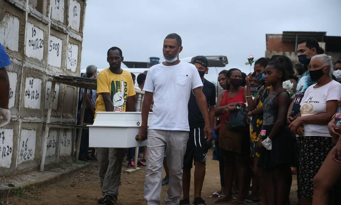 Pai da Emilly carrega o caixão da filha, que foi enterrada na gaveta ao lado de sua prima Foto: Pedro Teixeira / Agência O Globo