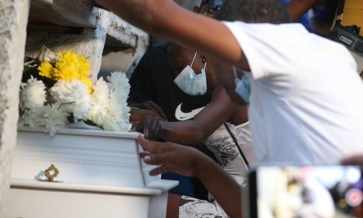 Enterro das primas, mortas por bala perdida em Duque de Caxias, foi marcado por grande comoção. Na foto: a mãe de Emilly durante adeus à filha Foto: Pedro Teixeira / Agência O Globo