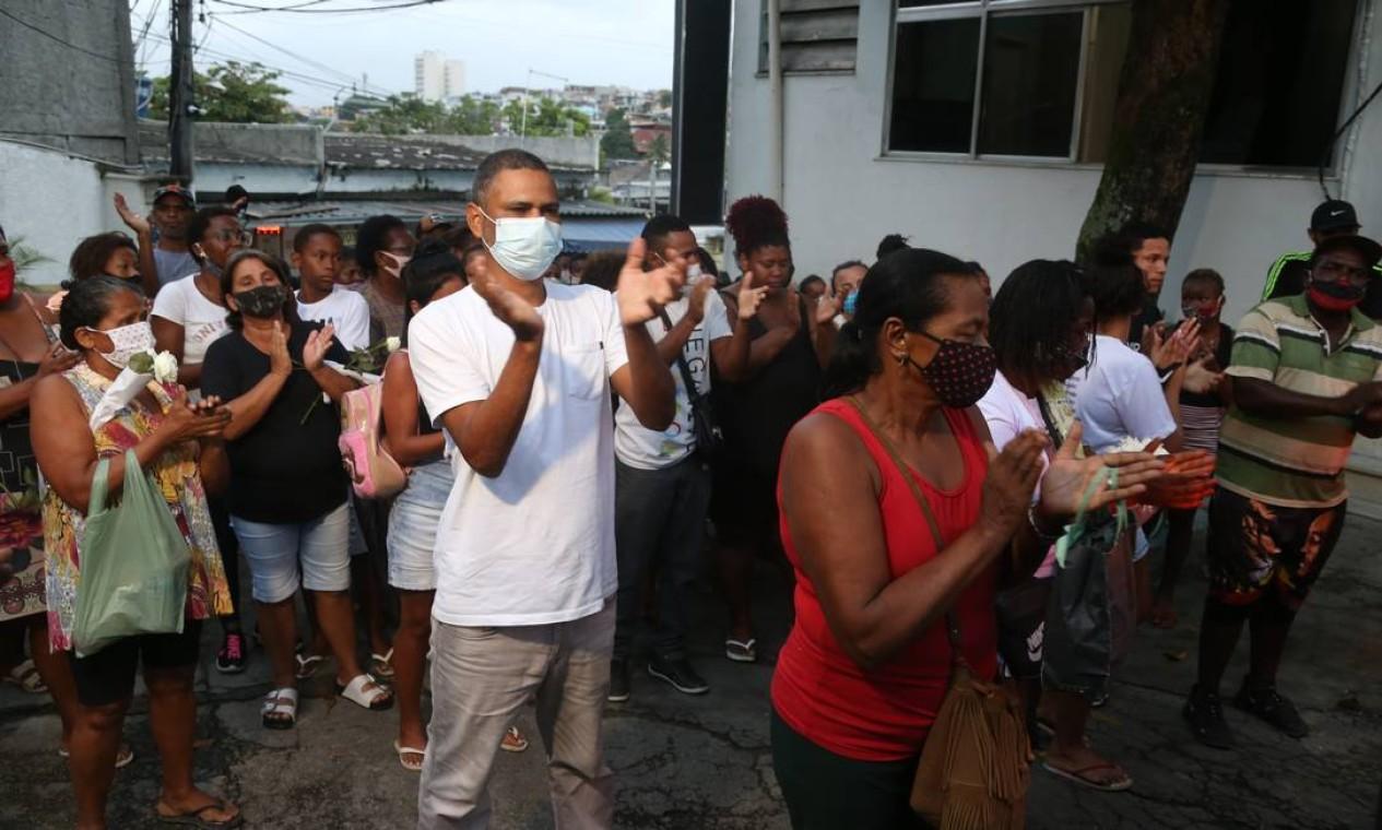 As primas brincavam em frente ao portão de casa, na comunidade do Barro Vermelho, em Gramacho, quando aconteceu ocorreu um tiroteio Foto: Pedro Teixeira / Agência O Globo