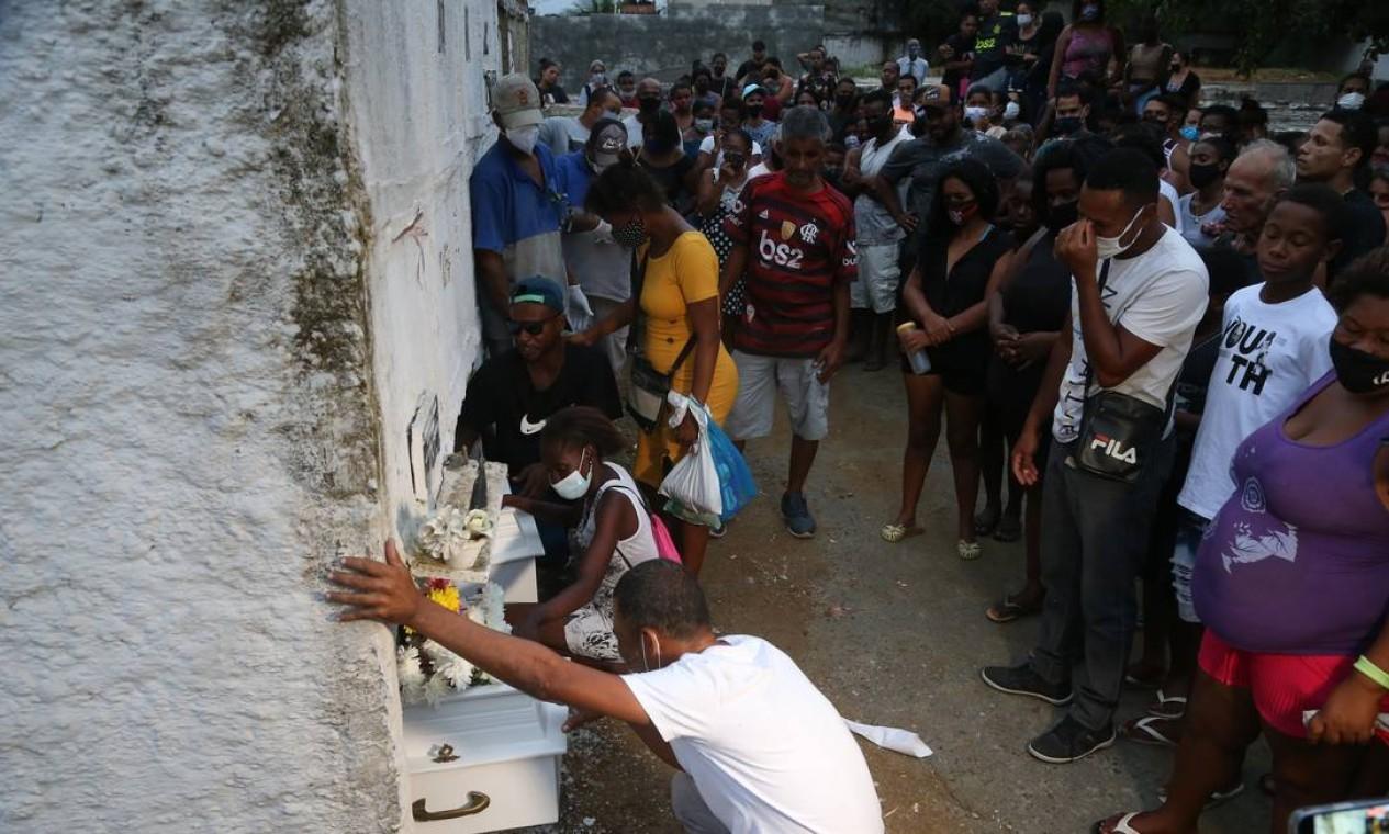 Cerca de 200 pessoas, entre parentes e amigos estiveram no local para dar adeus às meninas Foto: Pedro Teixeira / Agência O Globo