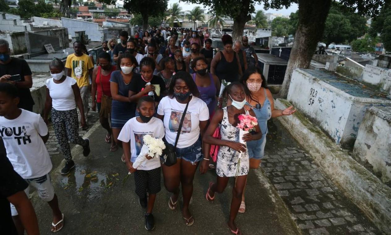 Várias crianças estiveram no cemitério, muitas chorando e segurando flores Foto: Pedro Teixeira / Agência O Globo