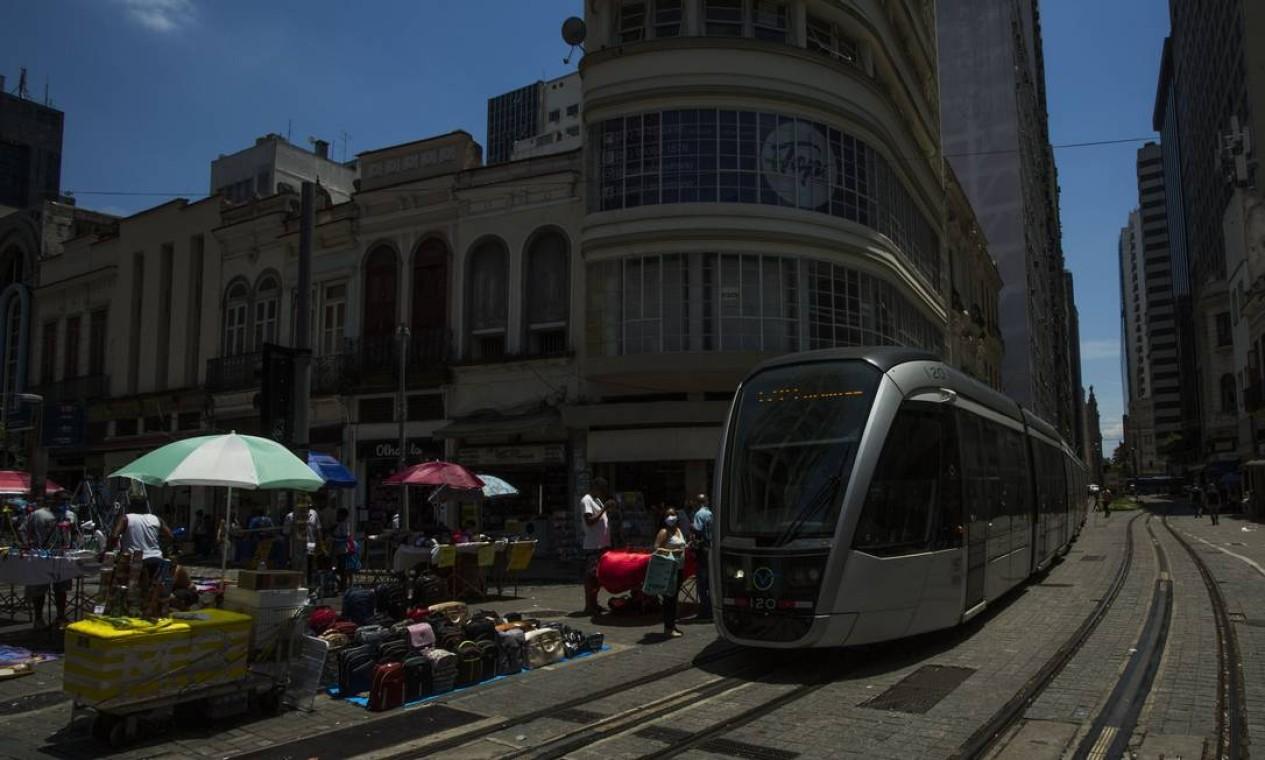 VLTpassa pela esquina das ruas Sete de Setembro e Uruguaiana, um dos pontos mais tradicionais do Centro, hoje tomado por camelôs, população de rua e lojas fechadas Foto: Guito Moreto / Agência O Globo