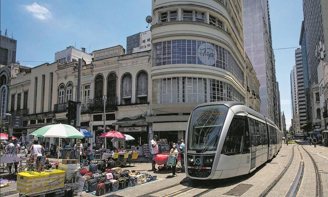 Foto: O VLT passa pela esquina das ruas Sete de Setembro e Uruguaiana, um dos pontos mais tradicionais do Centro: camelôs, população de rua e lojas fechadas, retrato de uma região em decadência