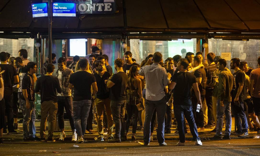 Aglomeração em frente a bar no Leblon, na Zona Sul do Rio Foto: Alexandre Cassiano / Agência O Globo