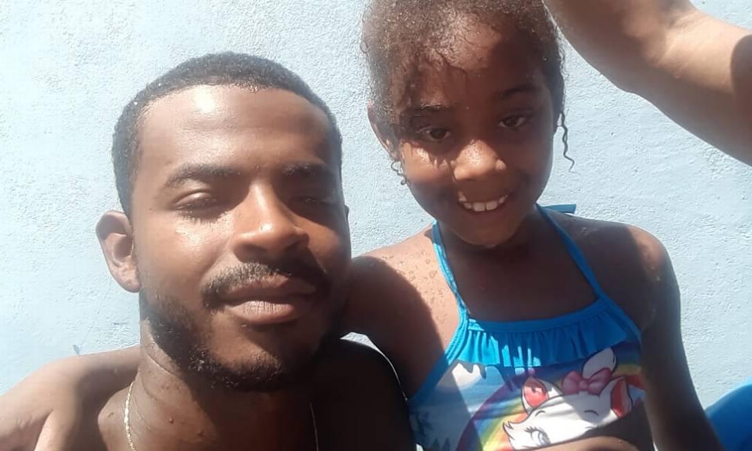 Maycon Douglas, de 25 anos, e a filha Rebecca, de 7 anos, morta nessa sexta Foto: Arquivo pessoal / .