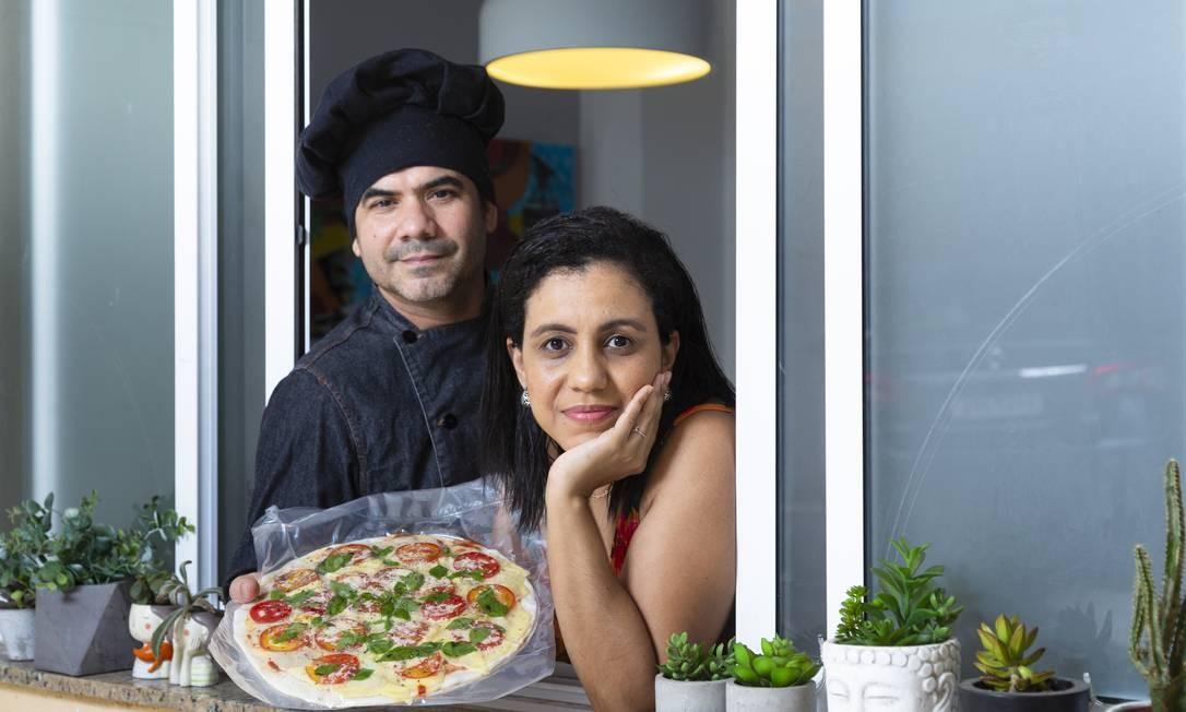 O casal de empreendedores Danielle Magalhaes e Marcio Abreu e Silva viu a demanda pelo bufê de pizzas cair e os preços subirem Foto: Leo Martins / Agência O Globo
